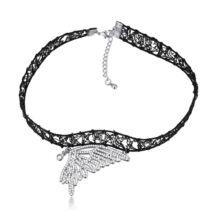 Gótikus csipkés nyaklánc- pillangó szárny alakú medállal- fehér